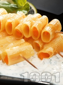 Макаронени шишчета с моркови и чеснов сос - снимка на рецептата